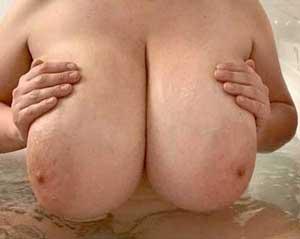 vuxen kvinna med stora pattar